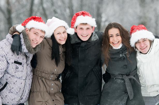 Группа молодых людей зимой