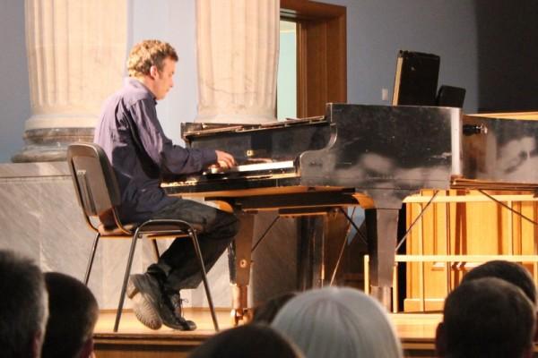 За роялем Филип Цубек. Фото: BezKostey